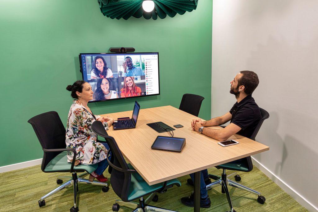 Las sala de reuniones deben conectar el trabajo presencial en oficina con empleados en remoto